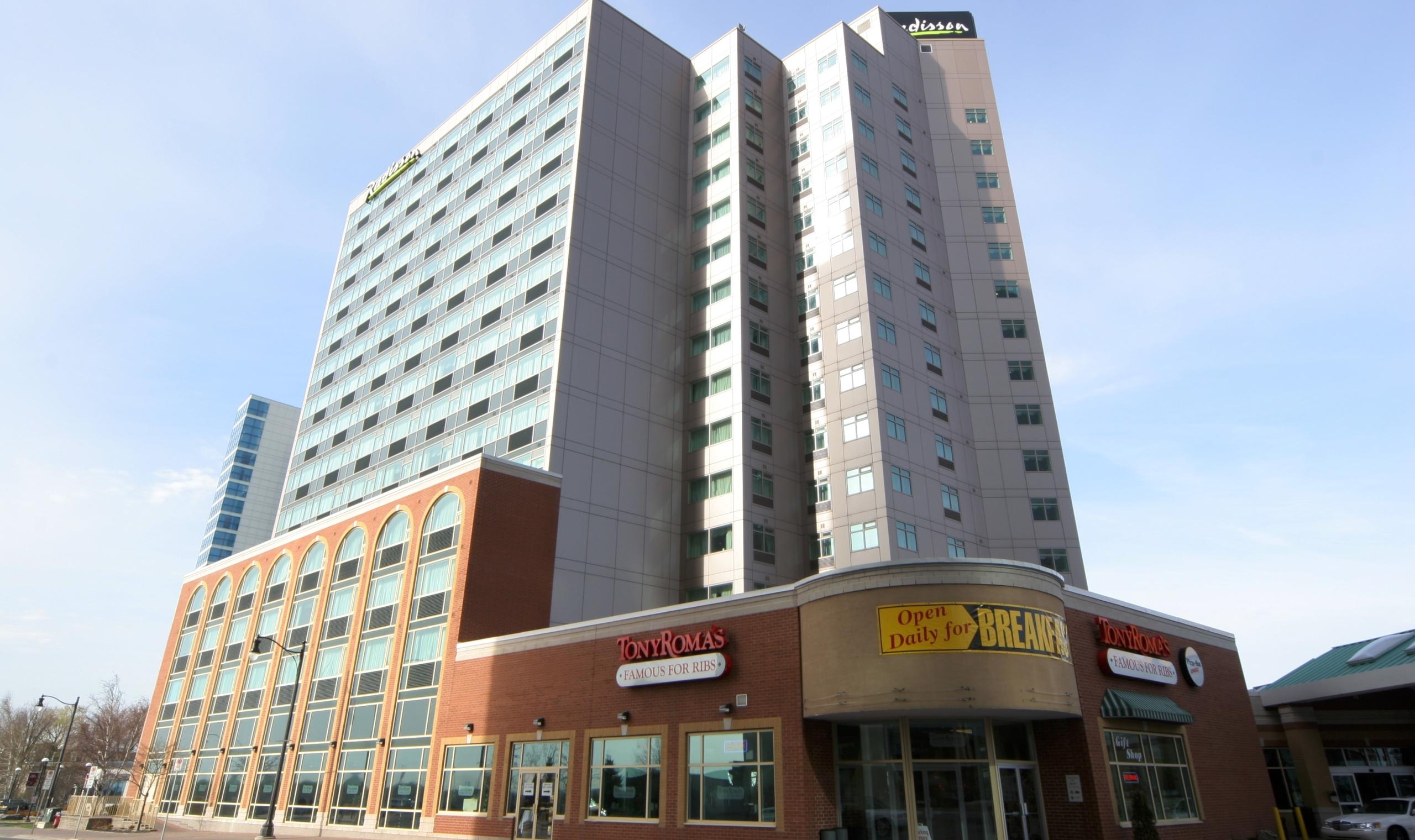 Radisson hotel suites fallsview niagara falls for Radisson hotel