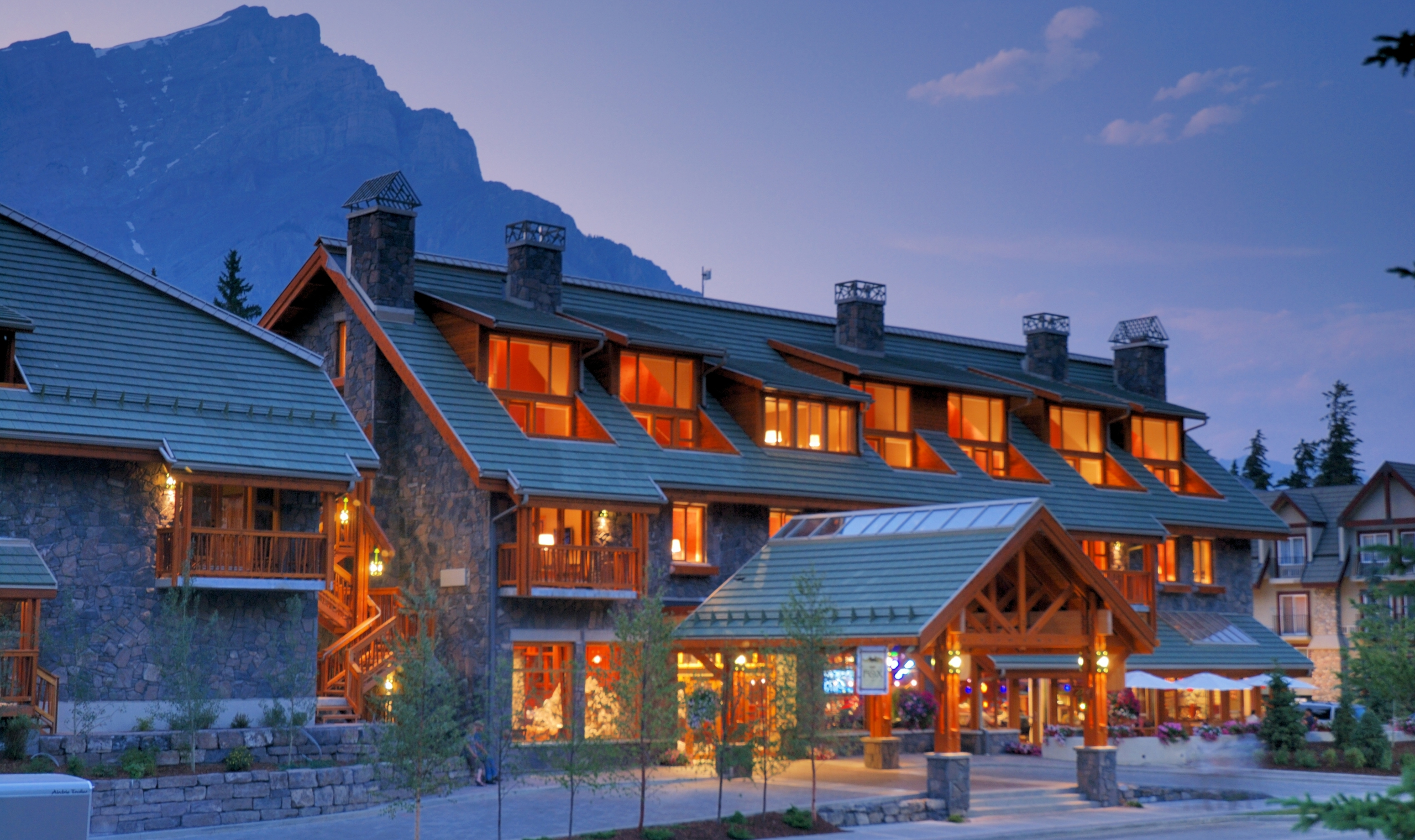 Hotel Exterior: The Fox Hotel And Suites - Banff