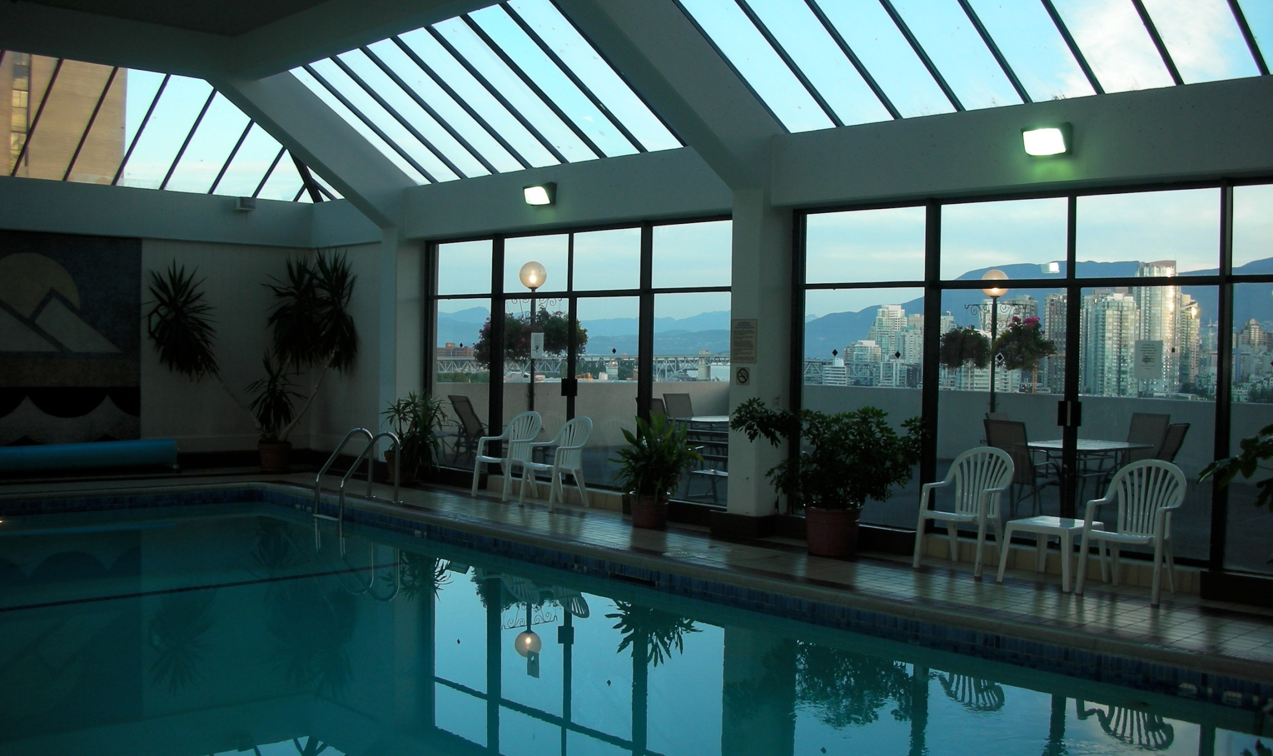 Holiday inn vancouver centre vancouver canadian affair for Indoor swimming pools vancouver